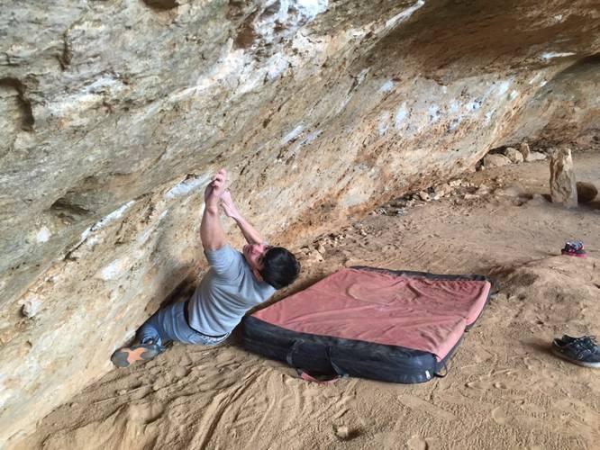 """Realizando el gran boulder """"spirant"""" en Tamajón."""