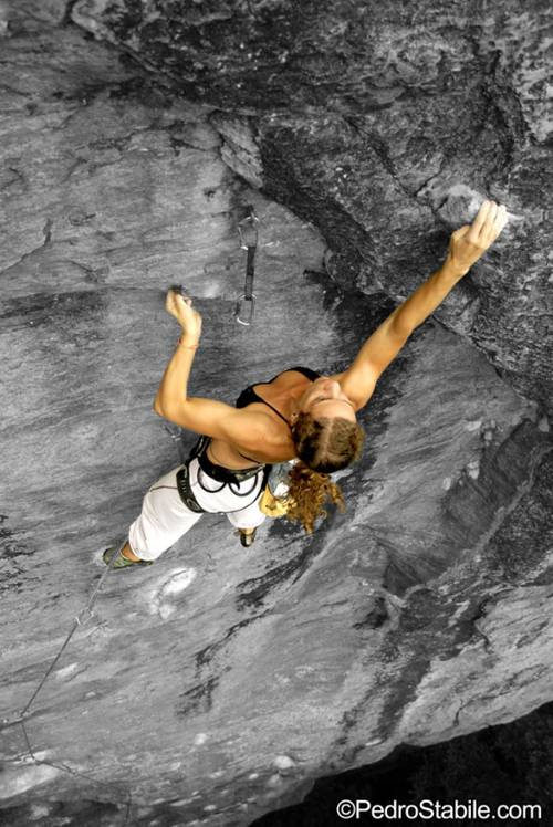 Luciana on the crux of Crux c/ Filezao, 8a+. The first female redpoint of that grade in Brazil.