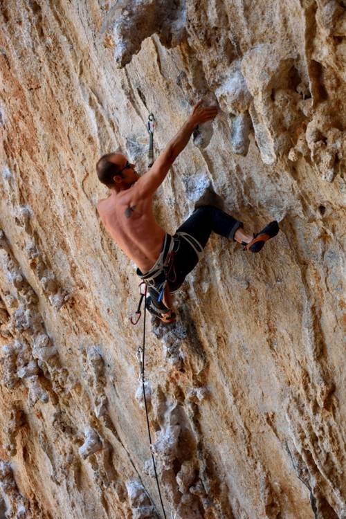 Ivi 7a+, Kalymnos, one of possible the kneebars in the crux sequence.