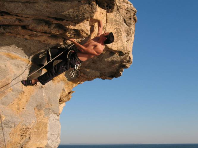 Jaime doing the crux of Piloto o super cão, 6b @ Baia de Mexilhoeiro, Cascais, Portugal