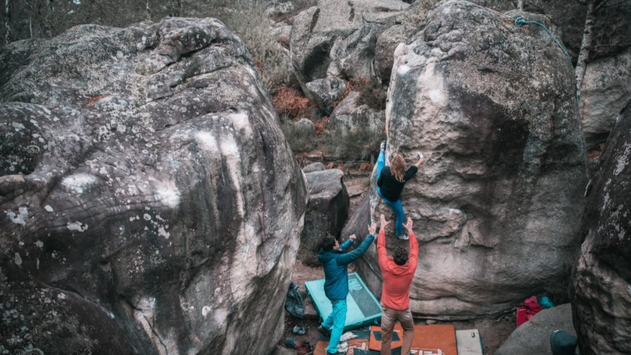 7B with one hand in Fontainebleau